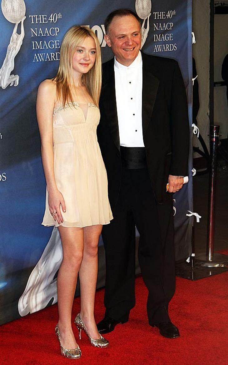 """Auch Dakota Fanning, Robs Co-Star in """"New Moon"""", ist ganz verzückt vom britischen Vampir-Sexsymbol: """"Er ist sehr, sehr süß!"""""""