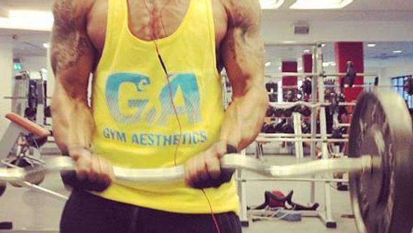 Stolz posiert Daniel mit seinen Muskelbergen - Foto: facebook/danielaminati