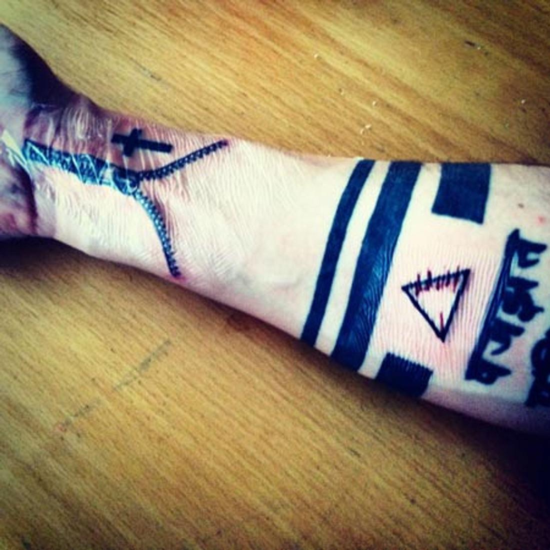 So firsch, da ist sogar noch die Folie drauf, die nach dem tättowieren das Tattoo schützen soll
