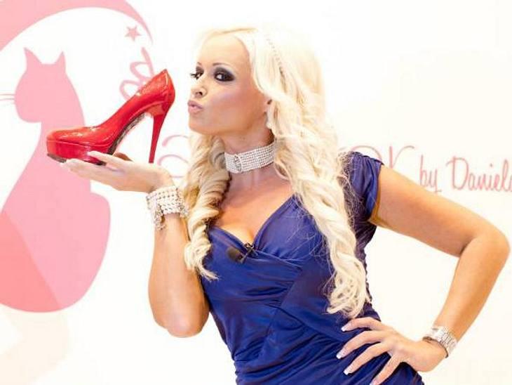 Daniela Katzenberger: Ihre peinliche Posing-ParadeNicht nur für die Fotografen, auch für ihre eigene Schuhkollektion hat Daniela ein Küsschen übrig.