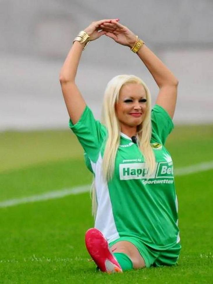 Daniela Katzenberger: Ihre peinliche Posing-ParadeSelbst auf dem Sportplatz lässt Daniela keine Gelegenheit aus, um sich ins rechte Licht zu rücken. Beim Benefiz-Fullballturnier sollte eigentlich der gute Zweck im Mittelpunkt stehen - statt