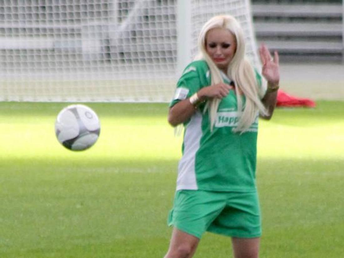 Angst vorm Ball? Daniela Katzenberger auf dem Fußballplatz