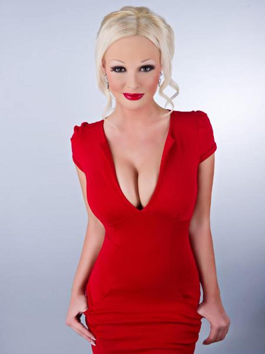 Daniela Katzenberger: Busen-Voting!Outfit 1: Rotes Kleid