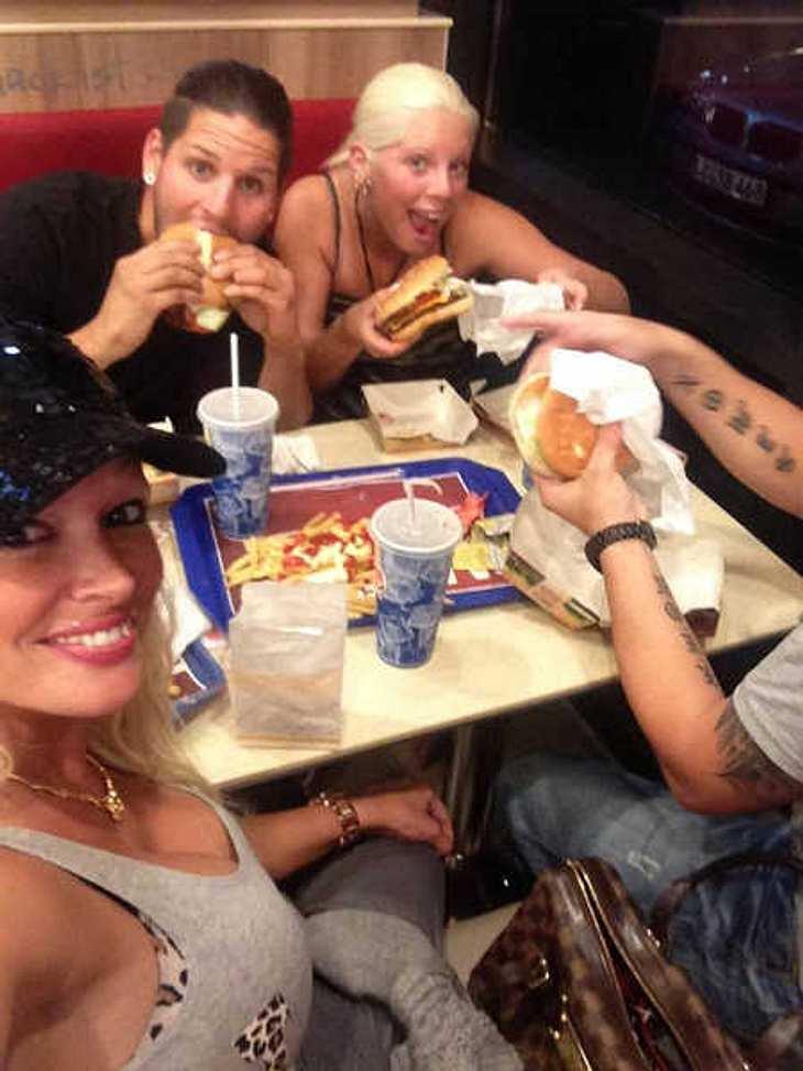 Daniela Katzenberger im Fast-Food-Restaurant.