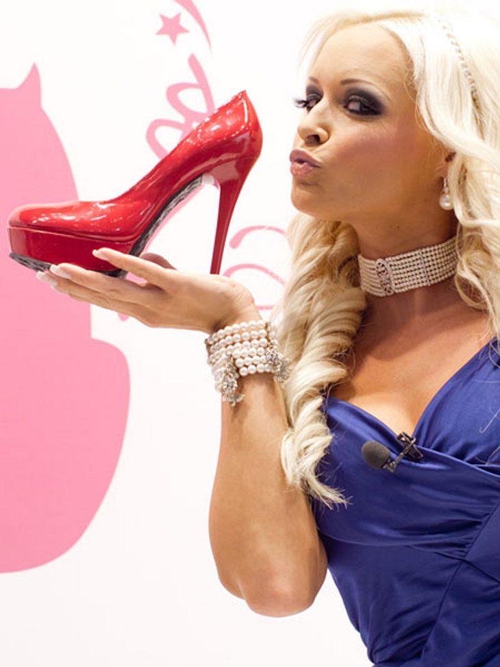 Daniela Katzenberger hat die Schuhe lieber in der Hand als am Fuß