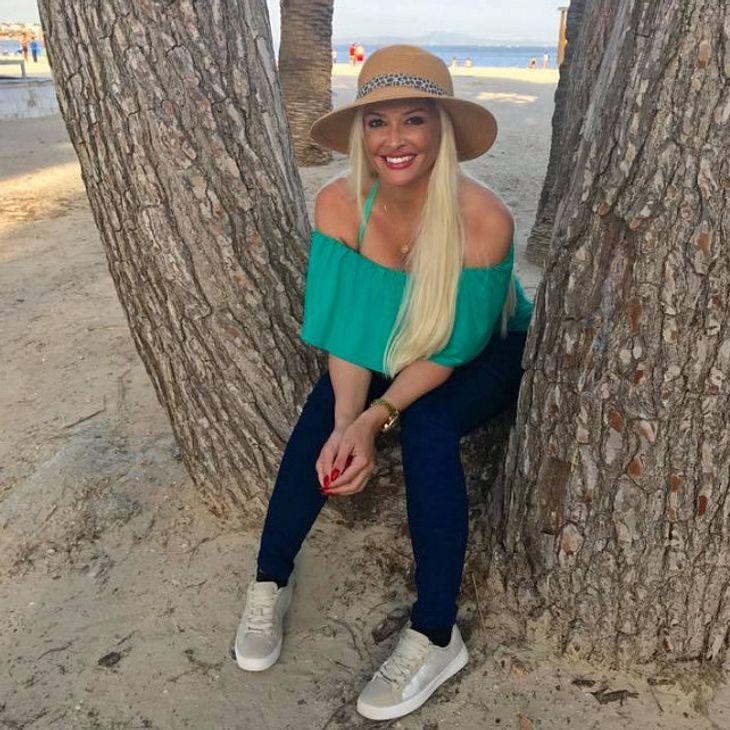 Daniela Katzenberger amüsiert sich über eine nackte Person