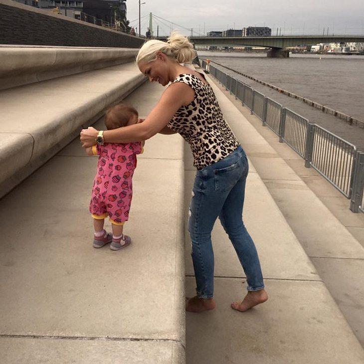 Daniela Katzenberber bringt Tochter Sophia das Laufen bei
