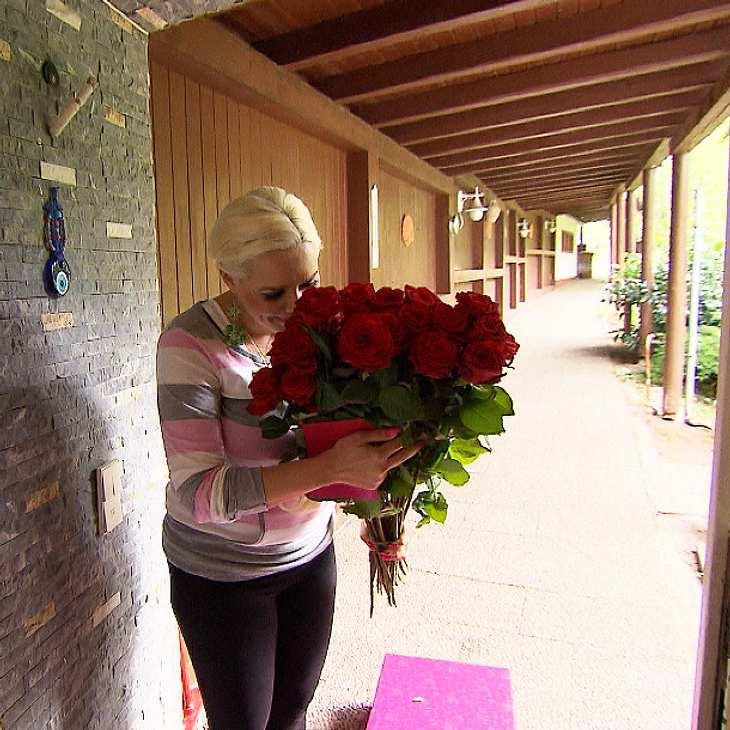 Die ahnungslose Daniela wird mit Rosen überrascht