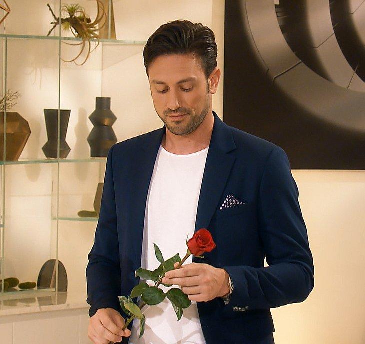Daniel vergibt Rosen