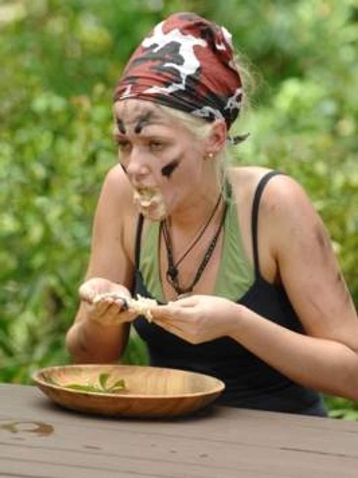 """Neues aus dem DschungelcampSarah muss einen ganzen Haufen """"Stinkfrucht-Tofu-Creme"""" essen. """"Ich bin bei dir, wir schaffen es, wir zeigen es den Leuten. Reich es weiter, lass es mich essen, ich esse alles vegetarische"""", sa"""