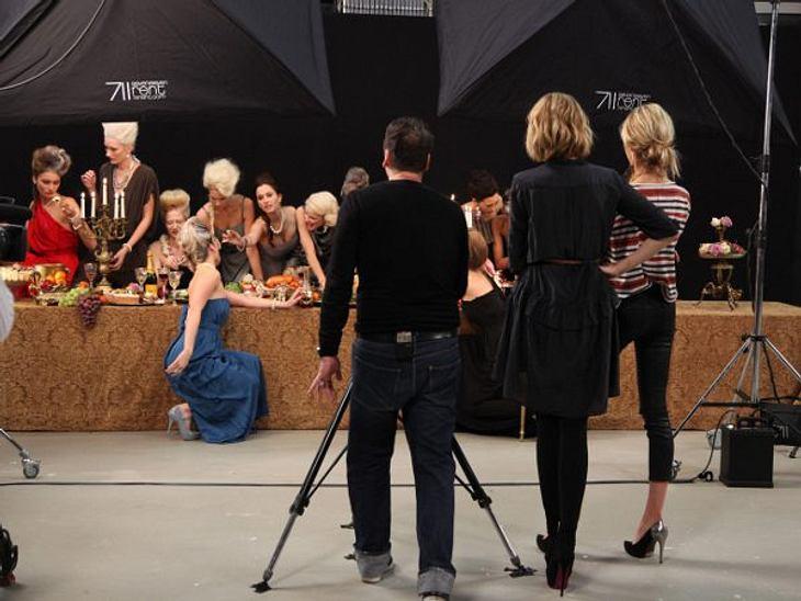 """""""Das perfekte Model"""" Der Fotograf arangiert die Nachwuchsmodels auf einer langen Tafel zum Thema """"Völlerei"""".,Lecker! Stars beim Futtern >>"""
