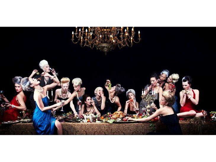 """""""Das perfekte Model"""" Und das ist das ungewöhnliche Ergebnis: 14 Models schlemmen gemeinsam an einem Tisch.,Stolperfalle Catwalk: So gefährlich ist der Modeljob >>"""