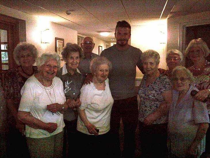 Große Aufregung im Altenheim: David Beckham (37) wollte bei seinem Lonson-Besuch eigentlich nur seine Oma besuchen, aber die anderen älteren Ladys ließen es sich nicht nehmen, ein Foto mit dem Star-Kicker zu machen. Da war die Oma bestimmt