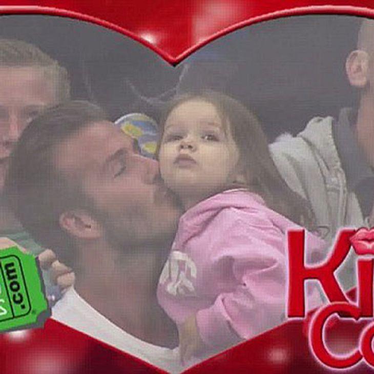 David Beckham gibt seiner Tochter Harper einen Kuss.