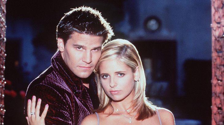 Als Vampir Angel liebt David Boreanaz die Vampirjägerin Buffy alias Sarah Michelle Gellar