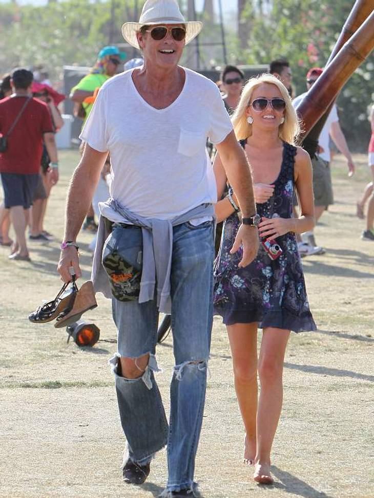 Coachella Festival  David Hasselhoff ist eben ein richtiger Gentleman - er trägt die Schuhe seiner neuen Freundin.