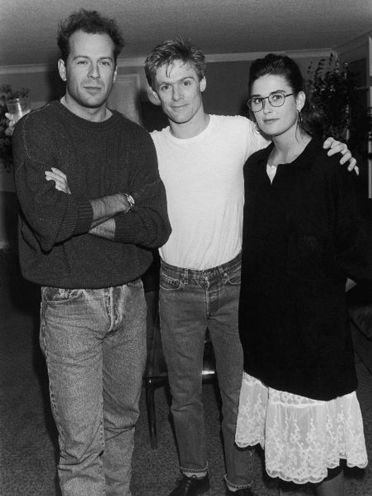 Modesünden der StarsOhje! Ja, das rechts im Bild ist Demi Moore zusammen mit Bryan Adams und ihrem Ex-Mann Bruce Willis. Von Mode verstand Demi damals noch nicht viel. Auf dem Foto macht sie eher einen biederen Eindruck.