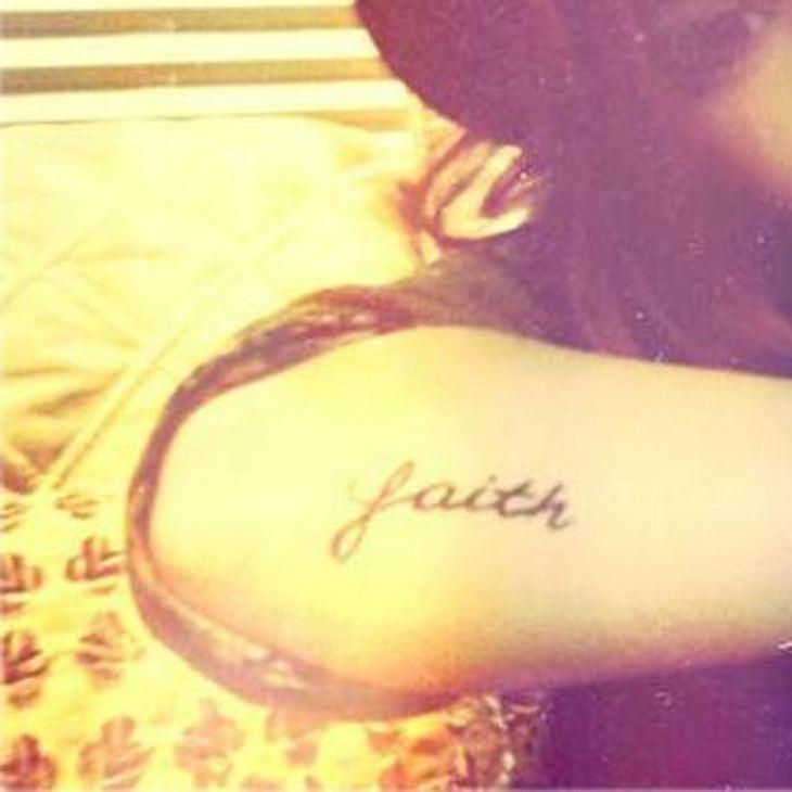 """Die Tattoos der Stars""""Faith""""! Genau das hat diese junge Sängerin über schwere Zeiten gerettet."""