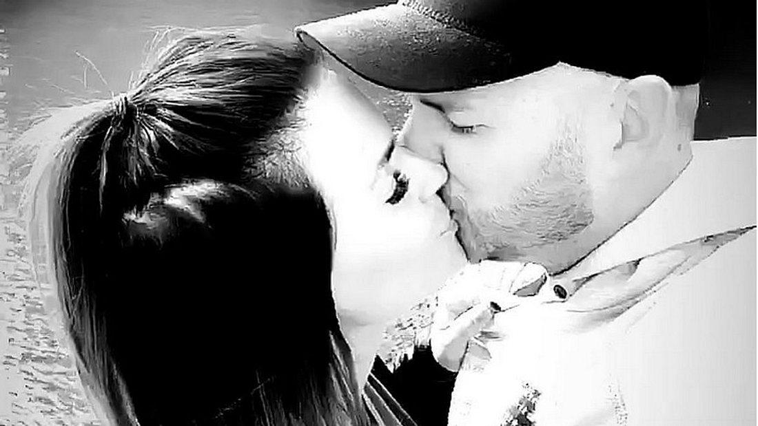 Erstes Pärchen-Foto: Denise Kappès küsst ihren Schatz