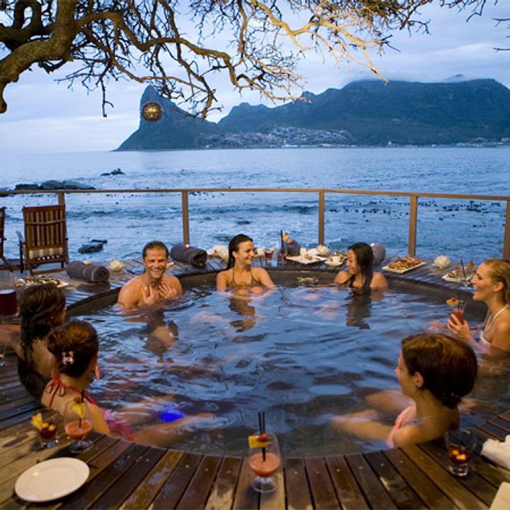 Der Bachelor 2012: Die neusten Bilder,Begehrt! Und wenn er nicht gerade im Whirpool nachdenkt, lädt der Bachelor sich auch gerne die Frauen in den Pool ein.