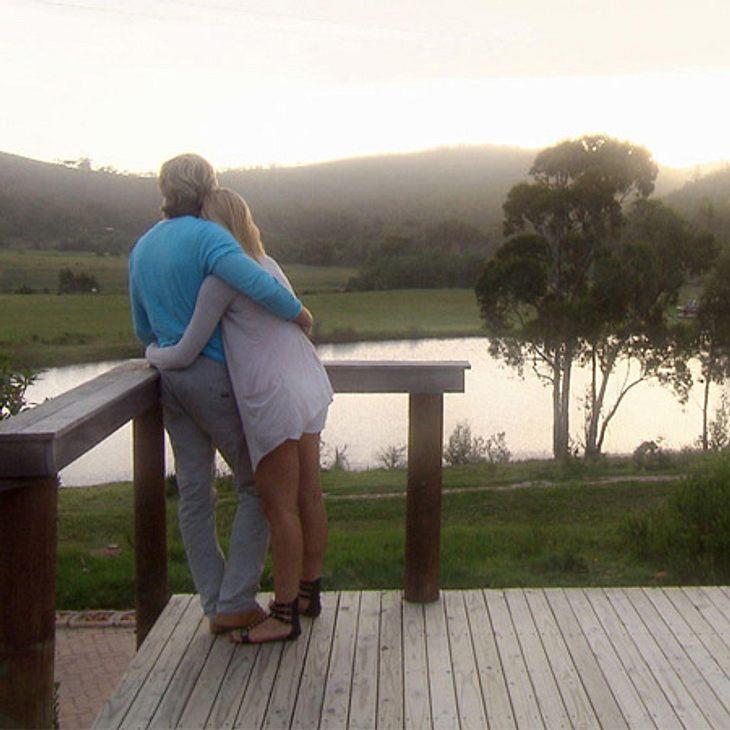 Der Bachelor 2012: Die neusten Bilder,Ungestört! Die Beiden können nicht mehr voneinander ablassen.