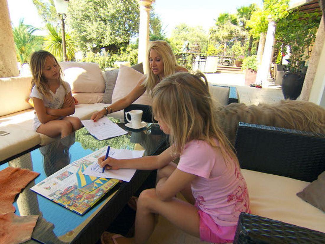 Carmen bei der Hausaufgabenkontrolle