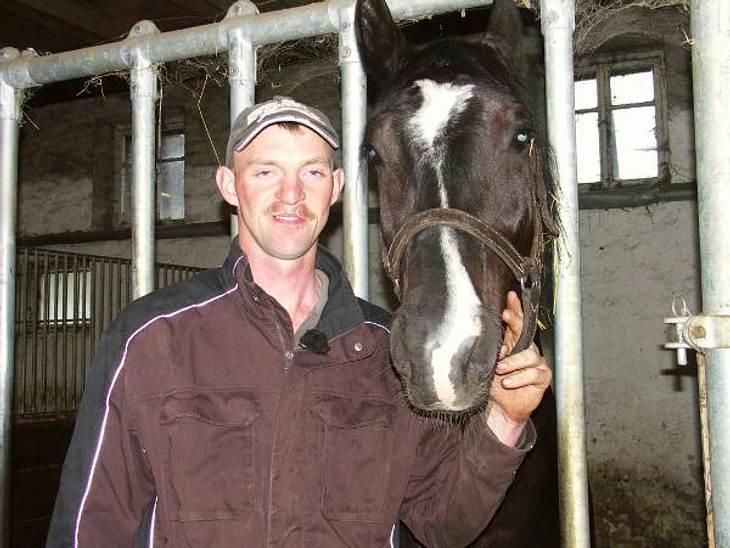 """""""Bauer sucht Frau""""Dirk ist 35 und kommt aus Sachsen. Der """"liebevolle Lausitzer"""" hat zwei große Leidenschaften: 1. Pferde - hier kann er sich an seiner großen Pferdezucht austoben und 2. Tanzen - da sucht er noch die pass"""
