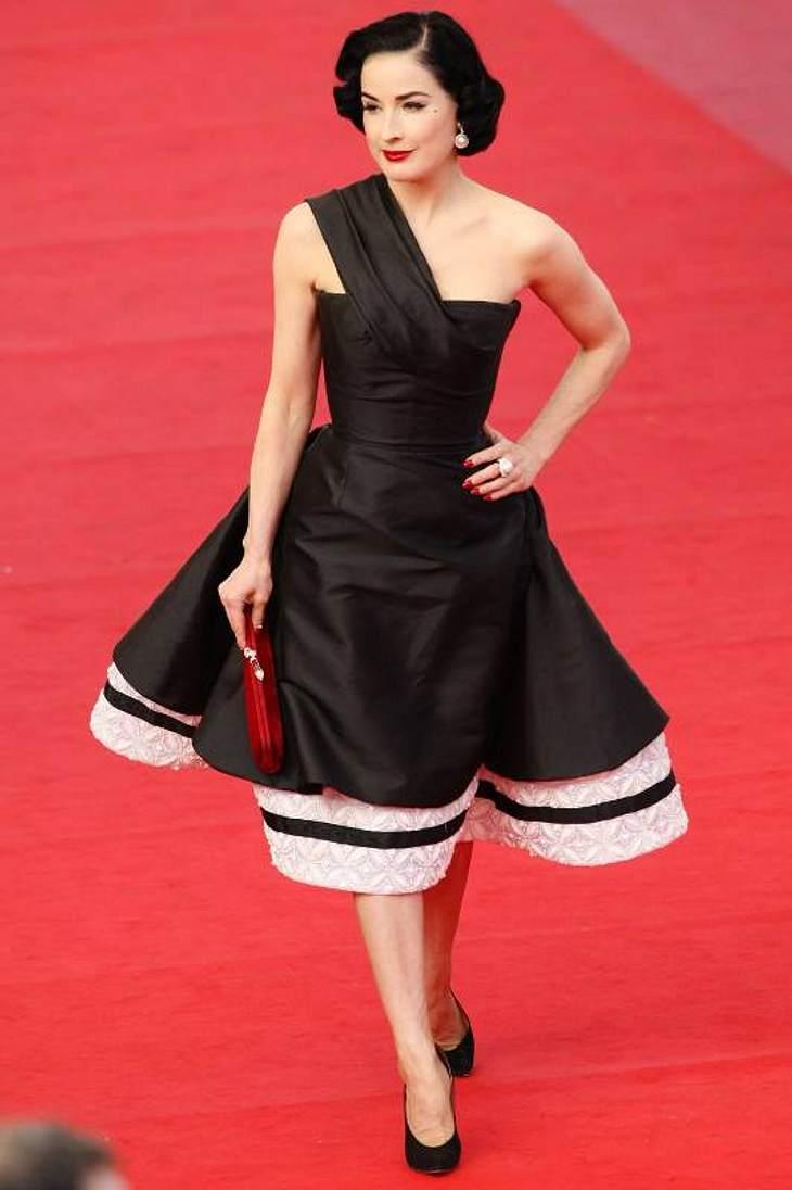 """Der Look von Dita von TeeseEin schwarz-weißes Kleid mit schwingendem Tellerrock zur """"Inglourious Basterds""""-Premiere bei den Filmfestspielen in Cannes."""