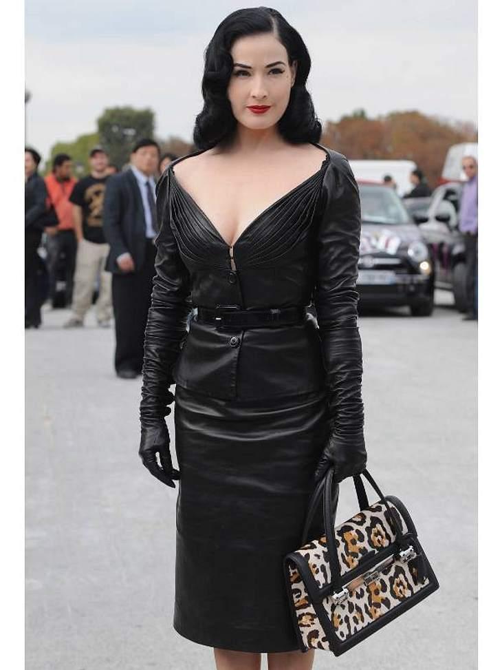 Der Look von Dita von TeeseEin aufreizendes Kostüm in Leder zur Pariser Fashion Week.