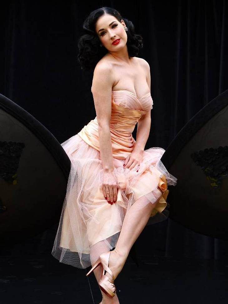 Der Look von Dita von TeeseIm Nude-Look zum Launch ihrer Wonderbra-Kollektion in London 2008.
