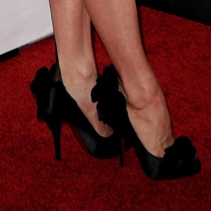Die eleganten Christian Louboutin Schuhe in extra-hoch mit Schleife gehören zur wohl elegantesten Frau - neben der Queen.