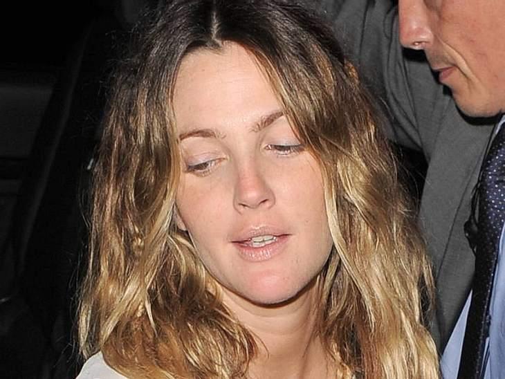 Stars ungeschminktEin bisschen müde guckt  Drew Barrymore aus der Wäsche - hatte sie deshalb keine Lust sich zu schminken.