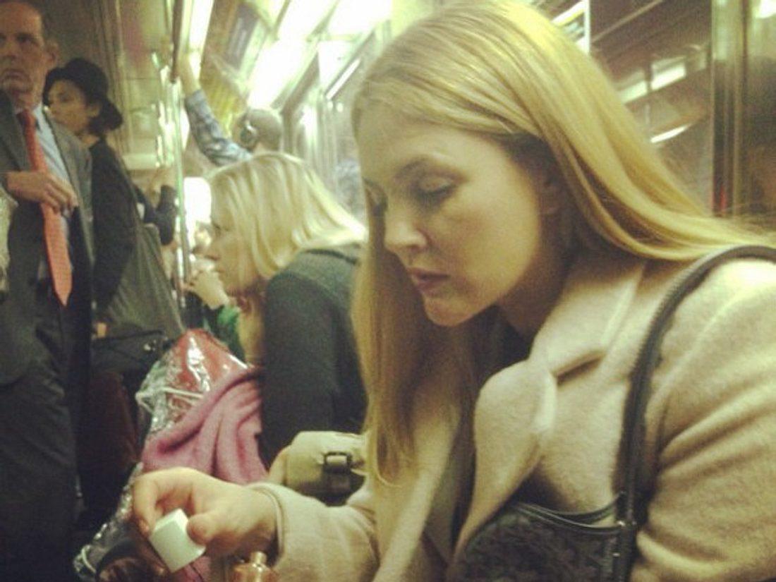 Drew Barrymore lackiert sich in der überfüllten Bahn die Nägel