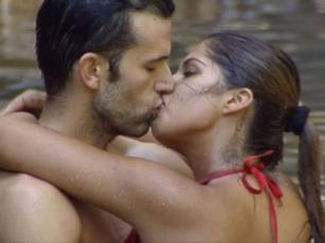 Neues aus dem DschungelcampJay Kahn und Indira Weis küssen sich innig. Doch sieht so wahre Liebe aus? Oder ist doch alles bloß inszeniert, um Sarahs Anschuldigugen zunichte zu machen? Voting: Wer lügt - Sarah oder Jay? Wer fliegt als nächst