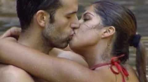 Neues aus dem DschungelcampJay Kahn und Indira Weis küssen sich innig. Doch sieht so wahre Liebe aus? Oder ist doch alles bloß inszeniert, um Sarahs Anschuldigugen zunichte zu machen? Voting: Wer lügt - Sarah oder Jay? Wer fliegt als nächst - Foto: (c) RTL