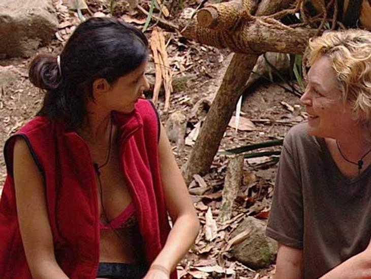 Intimes Frauengespräch: Micaela fragt Ramona über die lesbische Liebe aus.
