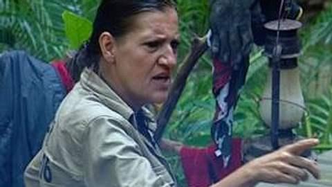 """Neues aus dem DschungelcampKaum wird Katy Karrenbauer zur Teamchefin ernannt, lässt sie ihr fürsorgliche und nette Fasssade fallen. Mit ihrer plötzlich so forschen Kommando-Tonart erinnert sie viele Campbewohner an ihre Rolle der """"Walt - Foto: (c) RTL"""