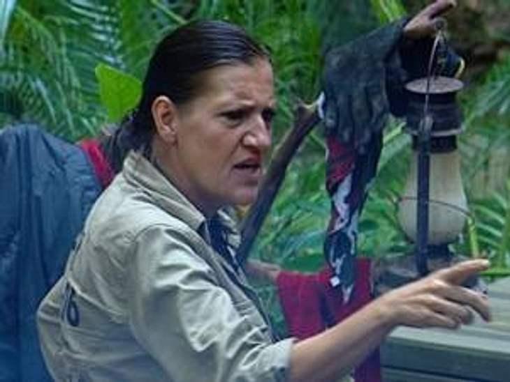 """Neues aus dem DschungelcampKaum wird Katy Karrenbauer zur Teamchefin ernannt, lässt sie ihr fürsorgliche und nette Fasssade fallen. Mit ihrer plötzlich so forschen Kommando-Tonart erinnert sie viele Campbewohner an ihre Rolle der """"Walt"""