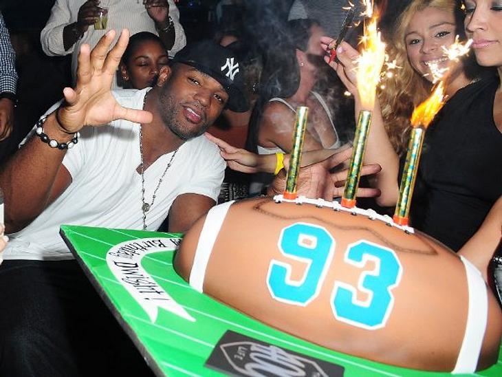 Stars ♥ Torte!Dwight Freeney (32) ist ein erfolgreicher American-Football-Spieler und seine Geburtstags-Torte ist, wie sollte es anders sein, ein Football.