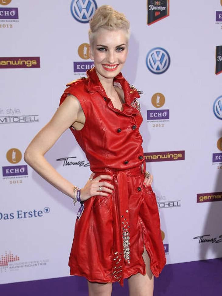 """Echo 2012 - Crazy FashionMager-Alarm: """"Das perfekte Model""""-Gewinnerin Anika Scheibe (23) machte mit ihren Streichholz-Ärmchen und Beinchen in diesem Outfit keine gute Figur."""
