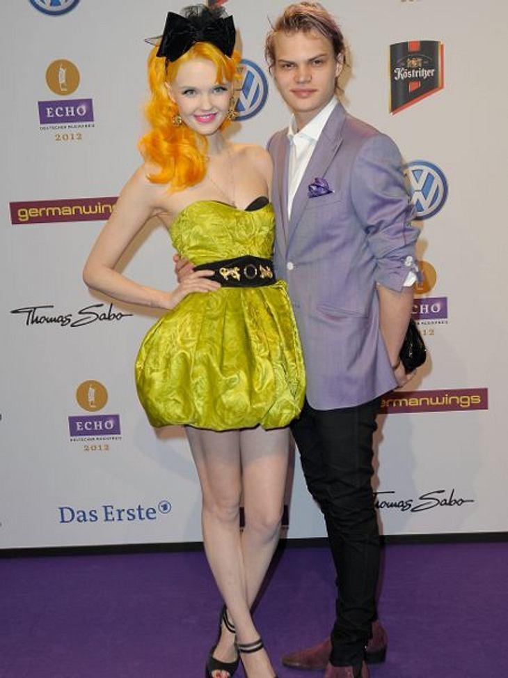 Echo 2012 - Crazy FashionFarb-Knall: Bonnie Strange (25), die Freundin Wilson Gonzalis Ochsenknecht (21) übertreibt es outfit-technisch immer ein bisschen. Zum grünen Ballonkleid mit Unterwäscheeinblicken trägt sie orangefarbenes Haar und R