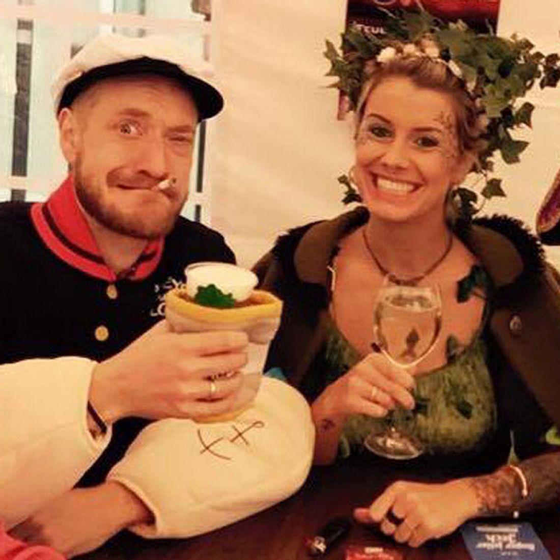 Pia Tillmann und Steffen Donsbach zeigen ihre Eheringe