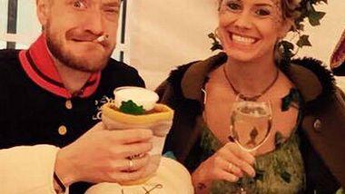 Pia Tillmann und Steffen Donsbach zeigen ihre Eheringe - Foto: Facebook / Steffen Donsbach