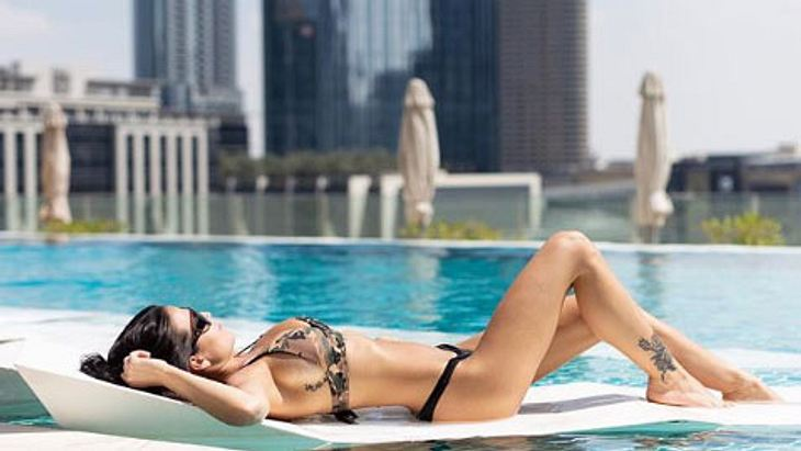 Elena Miras sonnt sich im Bikini am Pool in Dubai
