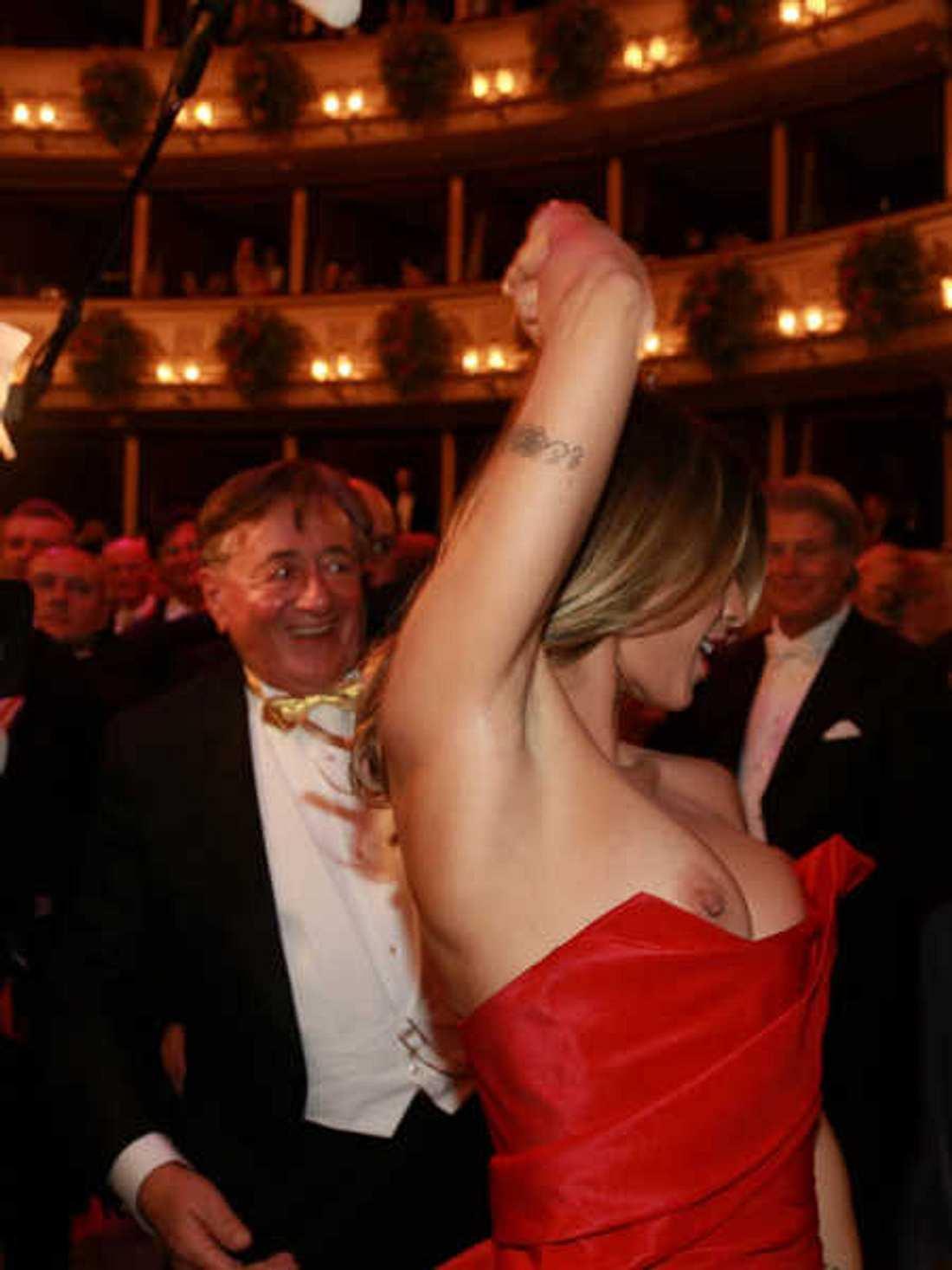 Elisabetta Canalis' Kleid kam nicht mit.