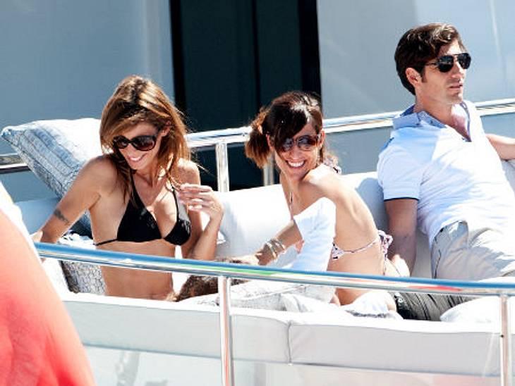 Stars am StrandElisabetta Canalis lässt es sich als Neu-Single so richtig gut gehen. Sie bräunt sich auf einer Yacht in Cannes.