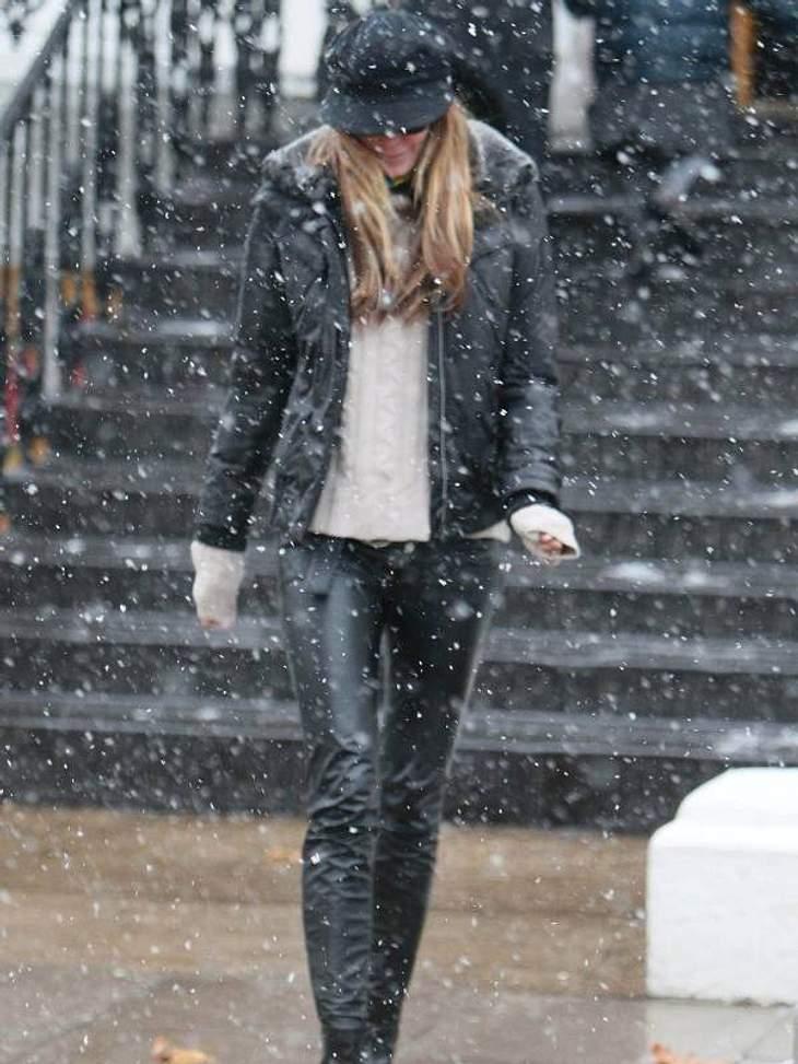 Stars im SchneeSchnell abducken - es schneit!  Elle MacPherson sieht zu, dass sie flott wieder in die warme Wohnung kommt.