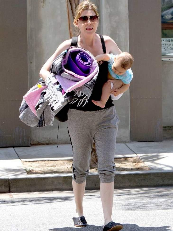 """,Fitness-Check: Die liebsten Sport-Arten der Stars """"Grey's Anatomy""""-Star  Ellen Pompeo geht mit Sack und Pack zum Yoga. Mit Yogamatte und Kind unterm Arm soll aktiv relaxt werden. Ob das was wird?"""