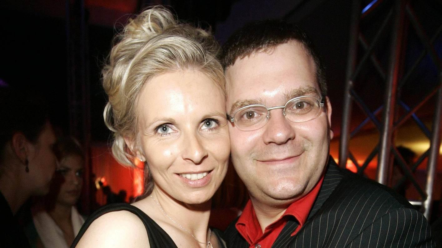 Elton mit seiner Frau Yvonne Duszat