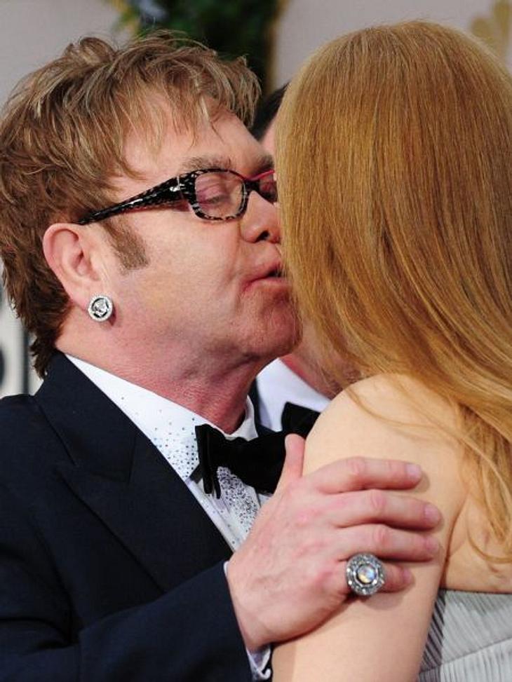 Stars beim KnutschenAuch Elton John (66) knutscht fremd - nur wen? Wir verraten es! Es ist Hollywoodstar Nicole Kidman (44).